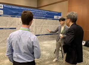 researcher of deargen explaining MolEQ in AACR